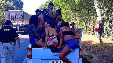 Jovem é preso dirigindo bêbado e levando 20 pessoas em caminhonete na Bahia