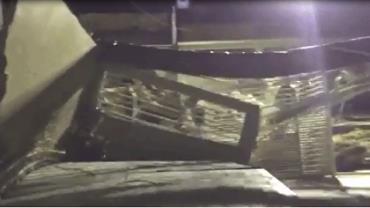 """Moradores flagram cratera """"engolindo"""" muro de casa em Manaus"""