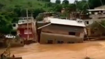 MG: Casa de 2 andares é levada por enchente na Zona da Mata; vídeo