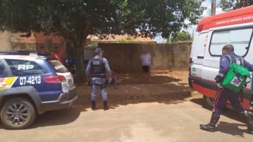 Pelado, homem invade casa de idosa, a ameaça e é esfaqueado em MT