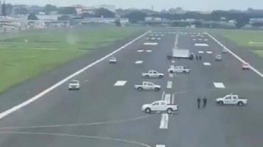 Coronavírus: prefeita coloca carros em pista para impedir pouso de avião de resgate da Espanha no Equador