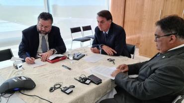 Bolsonaro e Trump conversam por telefone sobre coronavírus e tratamento com cloroquina