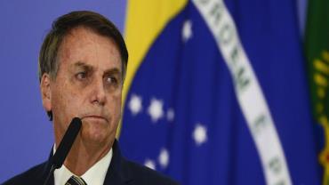 Bolsonaro cumprimenta apoiadores em ato em Brasília