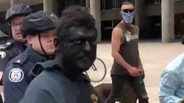 Homem de 'blackface' é preso em protesto contra o racismo no Canadá