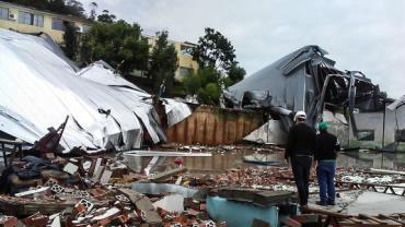 """""""Ciclone-bomba"""" causa estragos e provoca mortes em SC"""