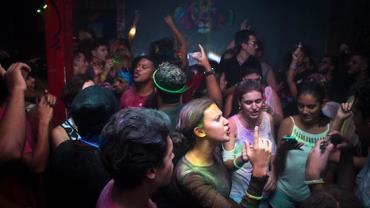 Universitários fazem festa e apostam para ver quem pega coronavírus primeiro