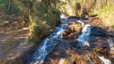 MG: adolescente morre ao cair de cachoeira com a mãe