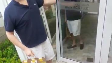 Motoboy é ofendido por cliente ao fazer entrega em prédio de Minas Gerais; vídeo