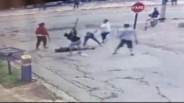 Suspeito de bater em mulher e filha é agredido com pauladas por moradores; VÍDEO