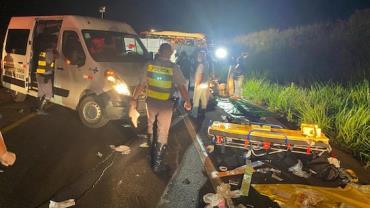 Acidente no interior de SP entre caminhão e ônibus deixa mortos e feridos