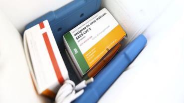 Vacinas fornecidas pelo consórcio Covax desembarcam em Guarulhos