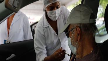 Entrega regular de doses pela Fiocruz ajuda a manter calendário no Rio