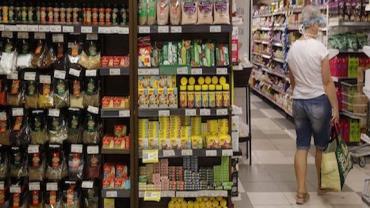 Confiança do consumidor sobe 4, 3 pontos em abril, diz FGV
