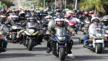 Bolsonaro participa de passeio de moto com apoiadores no Rio