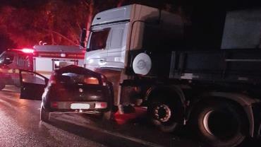 Acidente entre carreta e carro deixa uma pessoa morta em rodovia de MG