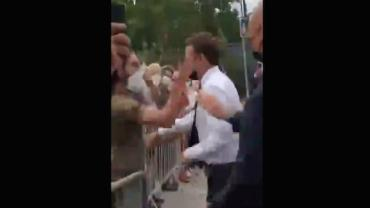 Emmanuel Macron é agredido com tapa no rosto na França; vídeo