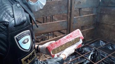 Polícia Rodoviária localiza carga de drogas sob camadas de estrume em Boituva