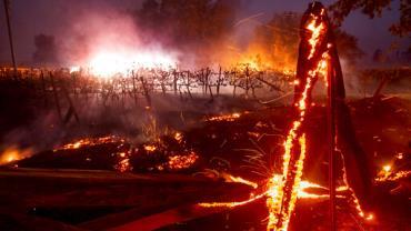 Casal responderá por homicídio culposo após chá revelação causar incêndio na Califórnia