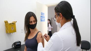 Cidade de SP vacina pessoas com 28 anos contra Covid-19