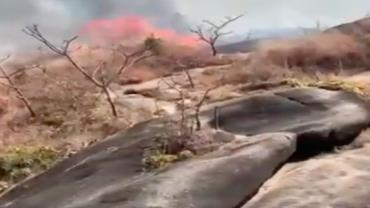 Incêndio que ilhou turistas já percorre 20 km na região dos Veadeiros