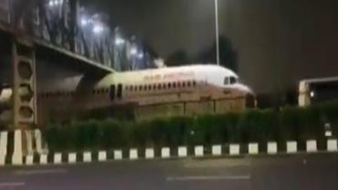 Avião fica preso ao passar debaixo de passarela