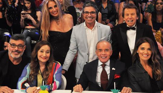 João kléber ao lado dos jurados Sonia Abrão, Nelson Rubens, Chiquinho Scarpa, Alexandre Frota, Vanessa de Oliveira e Márcia Gabrielle
