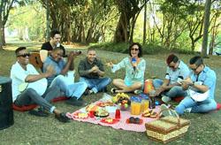 Faa Morena faz piquenique divertido com grupo Imaginasamba