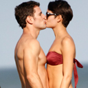 De biqu�ni, Sophie Charlotte troca carinhos com Daniel de Oliveira em praia
