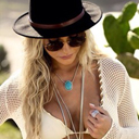 Na praia, Andressa Suita posa sensual para ensaio de moda