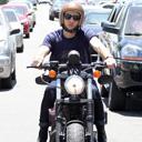 Chay Suede ganha visual inusitado ao passear de moto