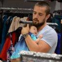 Rafael Cardoso passeia com filha rec�m-nascida no shopping