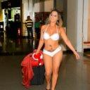 Candidata a Gata do Brasil desembarca em aeroporto s� de biqu�ni