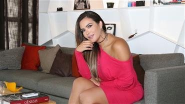 Geisy Arruda posa com o vestido rosa que a expulsou de faculdade e mostra corpão