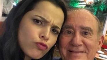 """Emilly Araújo posa com Renato Aragão após gravar novo """"Os Trapalhões"""""""