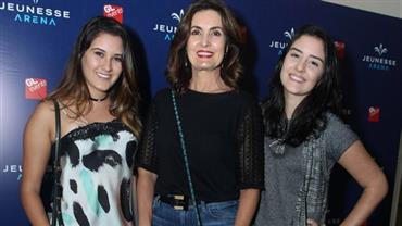 Descolada, Fátima Bernardes badala com as filhas em show de Ed Sheeran