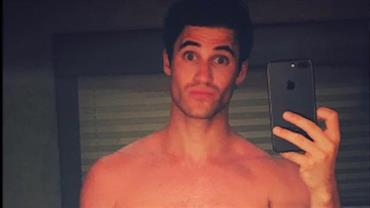 """Ator de """"Glee"""" posta nude e divide opiniões na web: """"Parece uma boneca"""""""