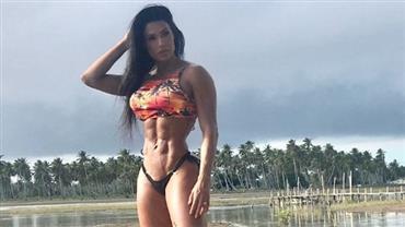 """Gracyanne Barbosa exibe músculos da beira de rio e fã elogia: """"Linda e selvagem"""""""