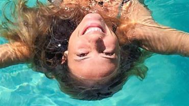 """Em dia de folga, Paolla Oliveira relaxa na piscina: """"Mergulhe nesse domingo"""""""