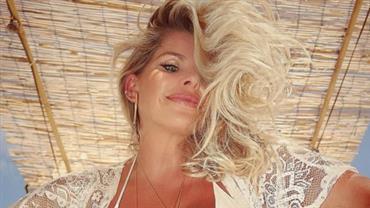 Karina Bacchi impressiona com barrigão de grávida nas redes sociais