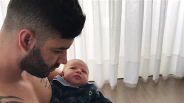 Com filho no colo, Gusttavo Lima toca piano e faz bebê pegar no sono