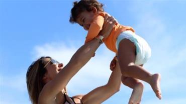 De biquíni, Bella Falconi ostenta abdome trincado em clique com a filha