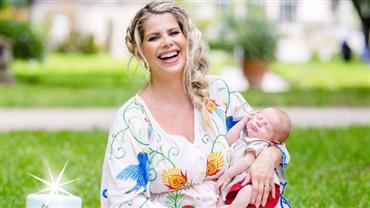 """""""Mais forte"""", diz Karina Bacchi ao celebrar 41 anos de vida e dois meses do filho"""