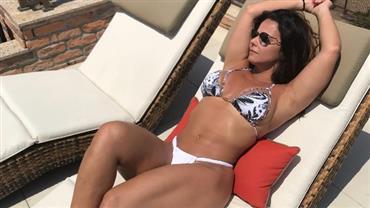 Viviane Araújo faz pose sexy para mostrar corpão de biquíni