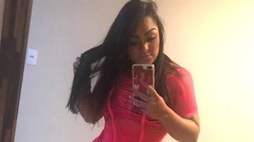 Mulher Melancia mostra contorno de calcinha em selfie com vestido de tirinhas