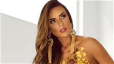 """Nua, Nicole Bahls posa com adesivos dourados cobrindo só o """"essencial"""""""