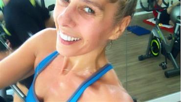 """Adriane Galisteu mostra barriga e recebe crítica na web: """"Muito magra, anoréxica"""""""