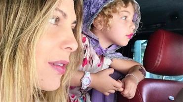"""Sheila Mello posa com a filha e semelhança impressiona fãs: """"Idênticas"""""""