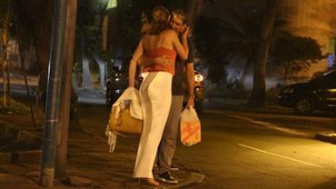 William Bonner curte passeio com a namorada em clima de romance no RJ