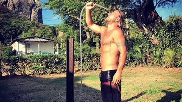 Ex-BBB Diego Alemão reaparece sem camisa e tomando banho em foto na web