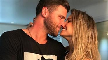 """Flávia Viana posta foto com Marcelo Ié Ié e se declara: """"é amor"""""""